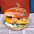 Burger Surf and Turf cu creveţi şi carne de vită