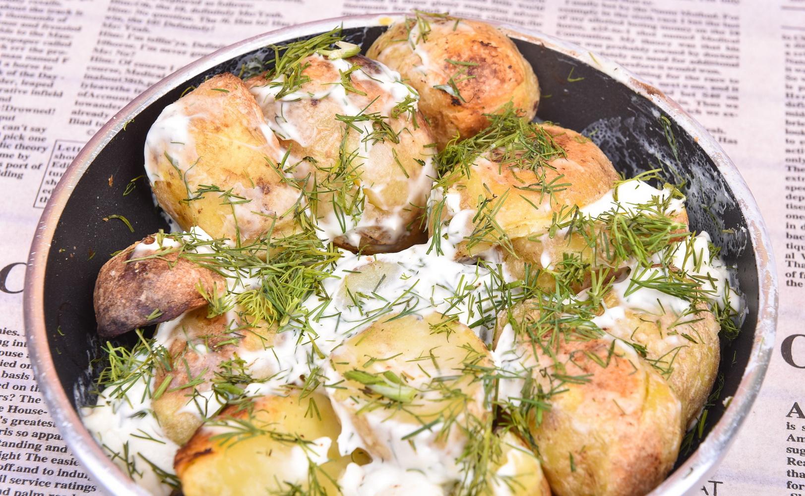 Cartofi noi la cuptor cu brânză Philadelphia şi mărar