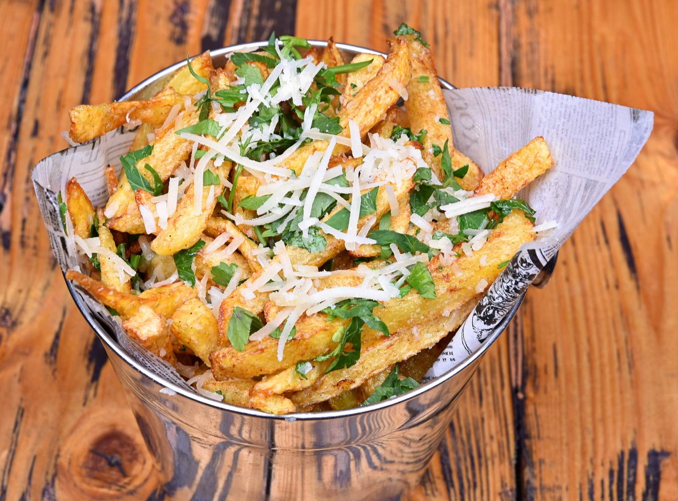 Cartofi prăjiţi cu usturoi, parmezan, şi pătrunjel